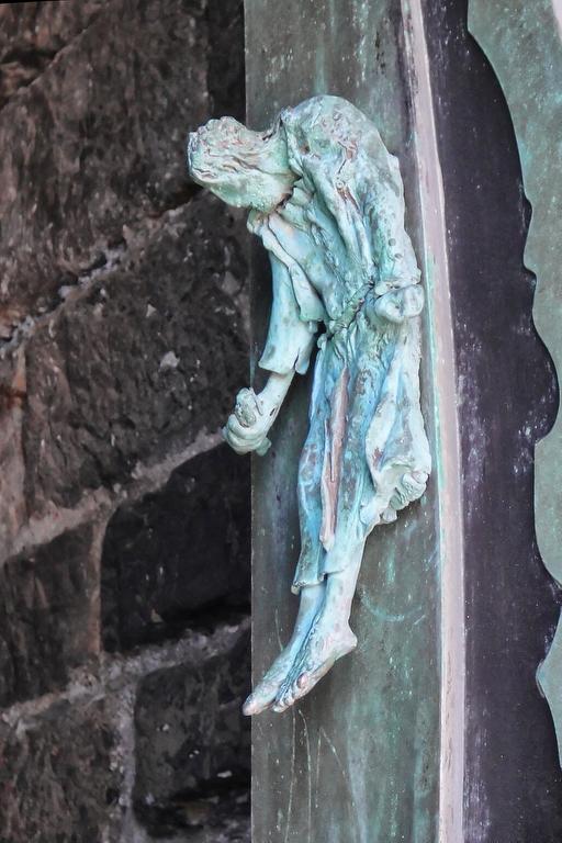 современные скульптуры, украшающие входную дверь храма
