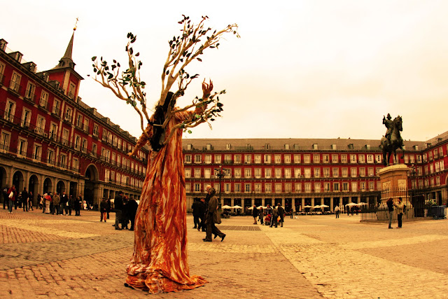 A strange tree man performance at Plaza Mayor in Madrid.