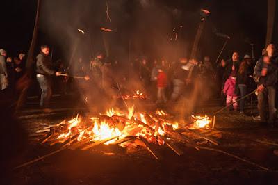 Im Feuer werden die Buchenscheiben zum Glühen gebracht.