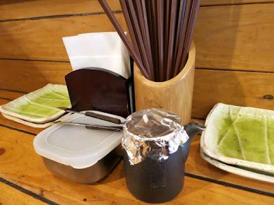 カウンター上に置かれた箸と醤油