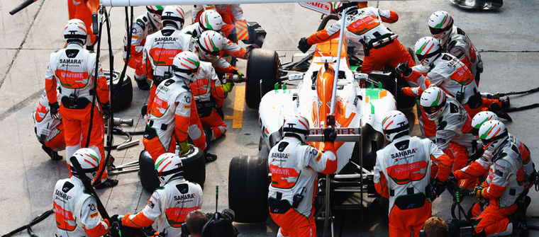 Parada en boxes de Force India en Malasia 2013