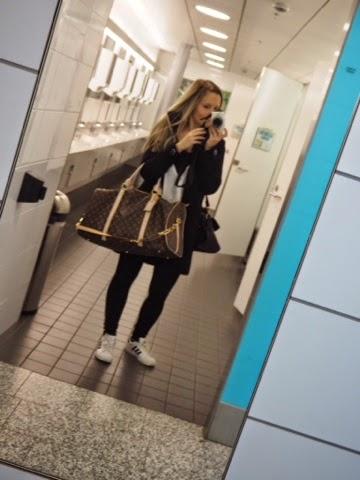 travel, alone, solo, travelling, yksin, matkustaa, lentokenttä, vessa, toilet, selfie, pic, olympus, kamera, camera, travelbag,