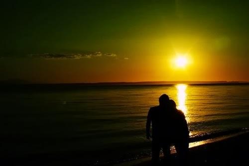 Ảnh đôi tình nhân đi dạo trên Biển