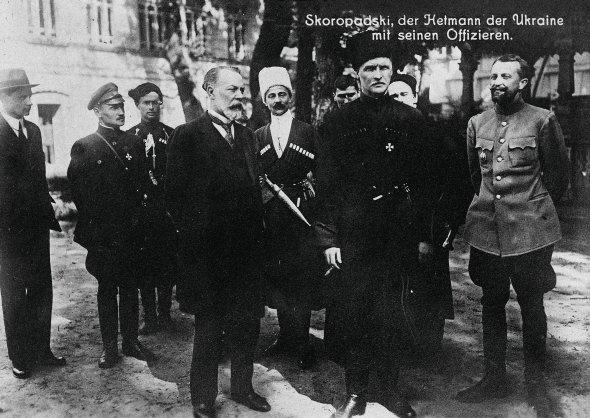 Генерал Володимир Сікевич (праворуч) зустрівся згетьманом Української Держави Павлом Скоропадським (уцентрі) влітку 1918 року. Воєначальник тоді відповідав заоборону східних кордонів України