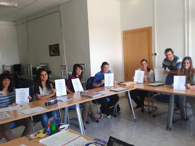 algunos alumnos muestran su certificado a la conclusión del curso