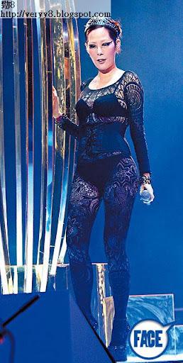 比起 5年前的演唱會, Shirley係多肉咗,演唱會服裝由其禦用設計師 Tomas Chan設計,呢件透視內衣裝,真係要好有自信先敢著上台。
