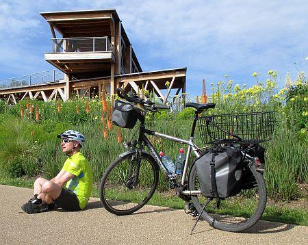Chris on the Bike vor der hölzernen Aussichtsplattform der ehemaligen Bundesgartenschau