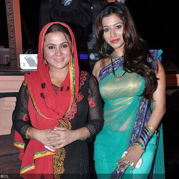 Ritu Vashishtha poses with stunning Riddhima Tiwari (R) during the launch of television show Do Dil Ek Jaan, held at Filmcity, in Mumbai. (Pic: Viral Bhayani)