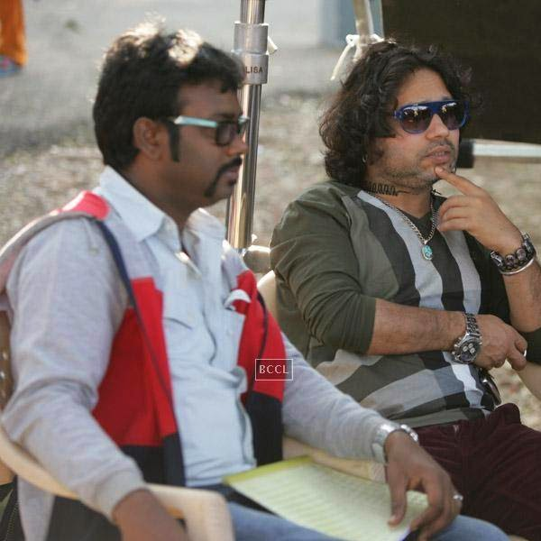 Writer Aaryaan Saxena and Kailash Kher on the sets of movie Desi Kattey.