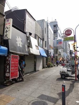 お店の前の横浜大通り