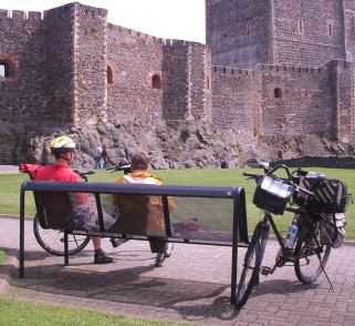 Chris und Miri vor der Festung von Carrickfergus, Nordirland