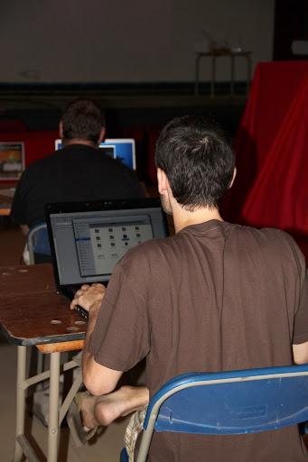 Ordinadors lliures al <i>Software Freddom Day</i> a La Palma, en primer pla un <i>Gentoo</i> amb <i>Gnome3</i>, el del Gil F. <b>Autora: Gemma Castillo</b>.