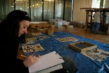 Un grupo de ciudadanos ayuda a categorizar y organizar artículos de valor arqueológico encontrado en la hacienda.