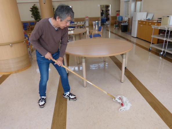 清掃のお手伝いをする、信治さん