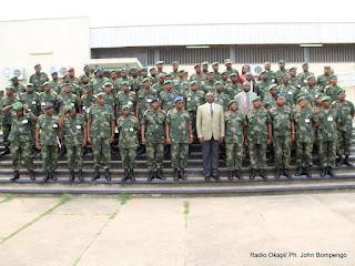 Vice-premier ministre de la défense et des anciens combattants, Alexandre Luba Ntambo ( en costume-cravate) pose avec des officiers généraux et supérieurs de Fardc le25/03/2012 au centre supérieur militaire à Kinshasa à l'occasion du deuxième séminaire sur la réforme de l'armée. Radio Okapi/ Ph. John Bompengo