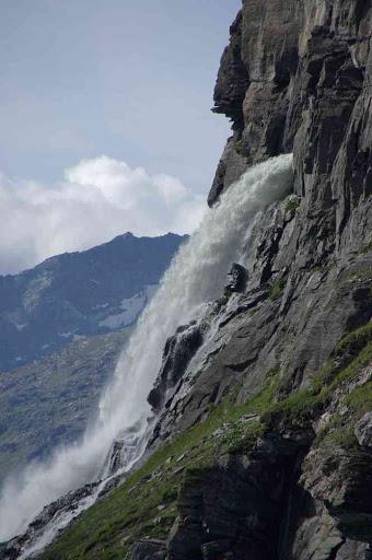 Déversement dans le lac de Mauvoisin de l'eau d'une vallée voisine (la dyure de Paxagnou), détournée par canalisation souterraine