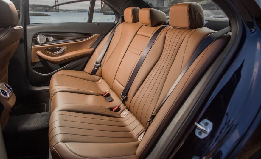 Hàng ghế thứ hai của Mercedes Benz E300 2017 rộng bao la bát ngát