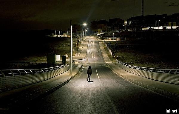 ảnh đứng giữa đường lúc đêm xuống