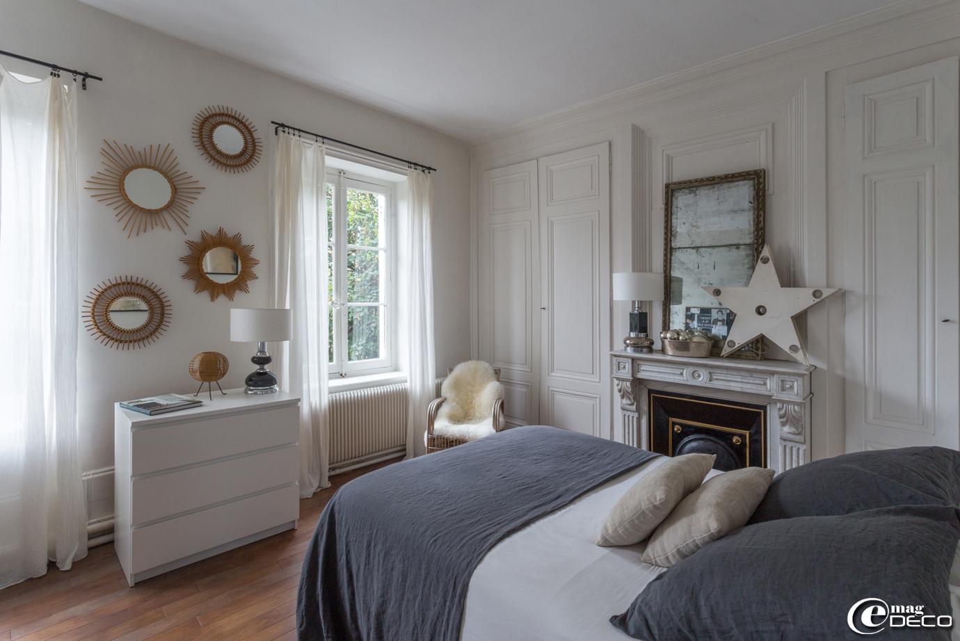 Dans une chambre, linge de lit en lin lavé 'Baralinge', commode blanche 'Ikea'