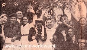 Verpleegsters op de foto met de bevrijders