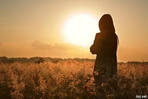 ảnh cô gái quay lưng nhìn về phía mặt trời