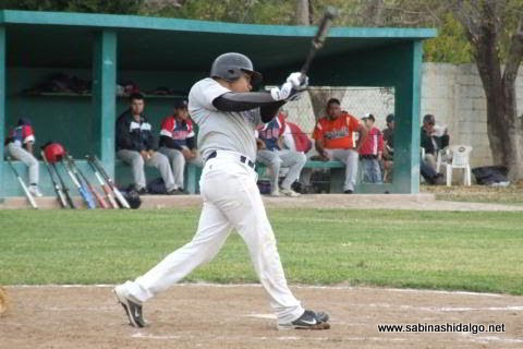 Iván Buentello bateando por Tiburones en el beisbol municipal
