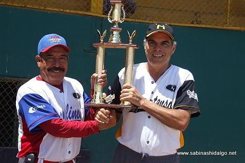 Salvador Caballero recibe el trofeo de campeón del torneo de softbol de veteranos