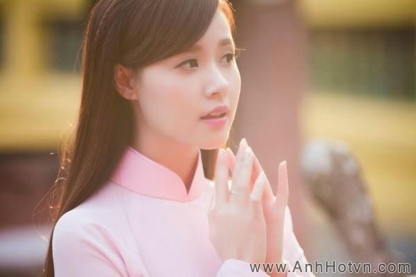 Midu dịu dàng trong bộ áo dài trắng hồng