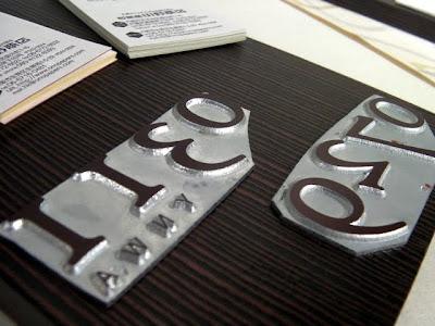 和紙製の丸背上製本ノートの表紙にエンボスするための亜鉛板