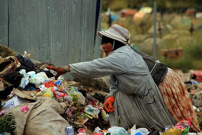 Convivencia de la gente y la basura en el Relleno Sanitario