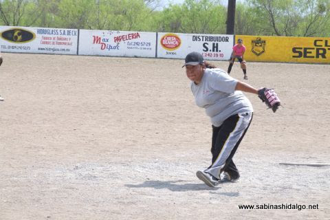 Alma Vallejo de Pekes de Bustamante en el softbol femenil del Club Sertoma