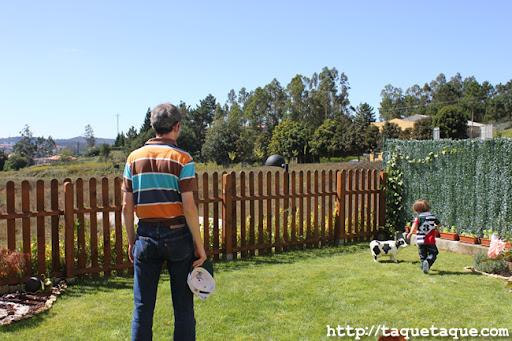 Maridito y ahijadito en el jardín de mis cuñados en Santiago de Compostela