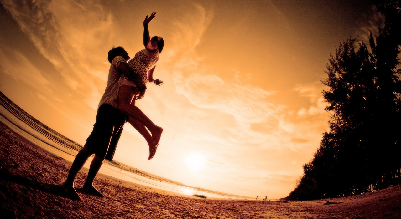 ảnh chàng trai nâng cô gái trong hạnh phúc