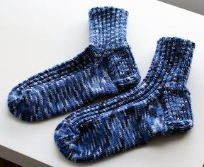 Siniset sukat valmiina
