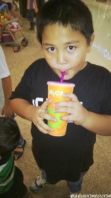 abang koning minum jus buah juice works