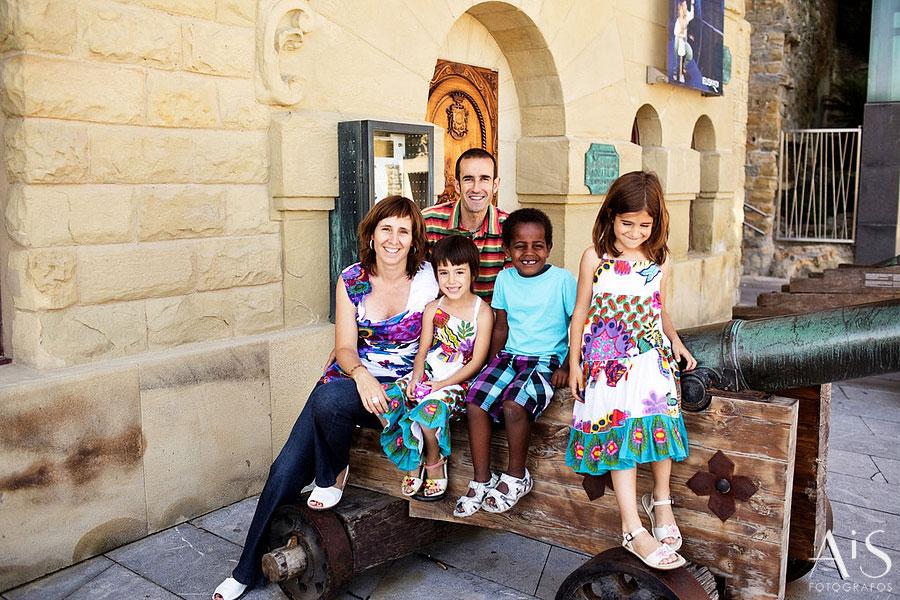 Retratos de familia > Familia y patinetes en Hondarribia