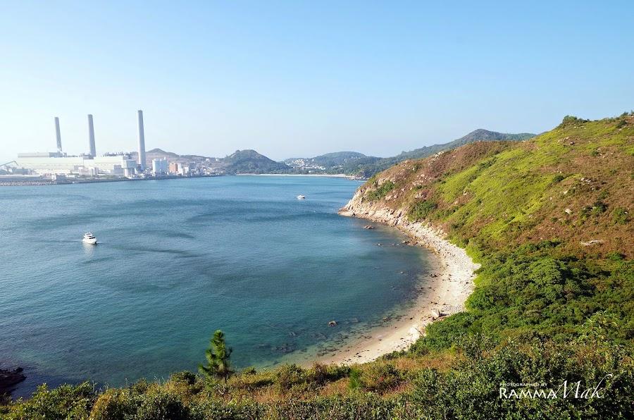 斜陽下的發電廠與海灣