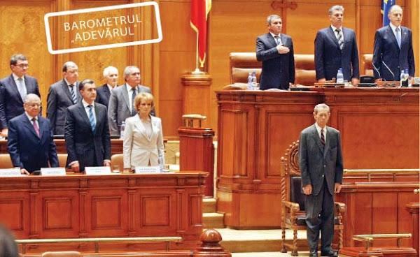 Regele Mihai îi zdrobeşte la încredere pe politicieni