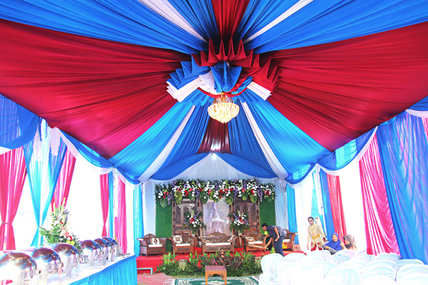 Dekorasi pelaminan beserta tenda untuk resepsi pernikahan di rumah