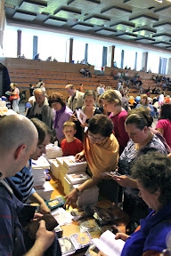 Μετά την ομιλία , άνθρωποι έτρεξαν να πάρουν βιβλία και  Dvds
