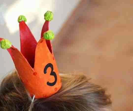 Coronas de carton para usar en un cumpleaños infantil
