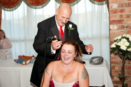 Anh Mick tự cạo đầu cho vợ.