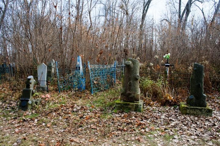 Надгробие в виде обрубленного дерева Лампадка из габбро-диабаза резная Светлый