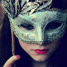 Máscara de metal esverdeada
