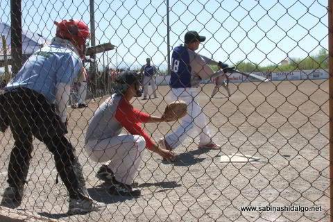 Juan Guillermo Alanís de SUTERM en el softbol del Club Sertoma