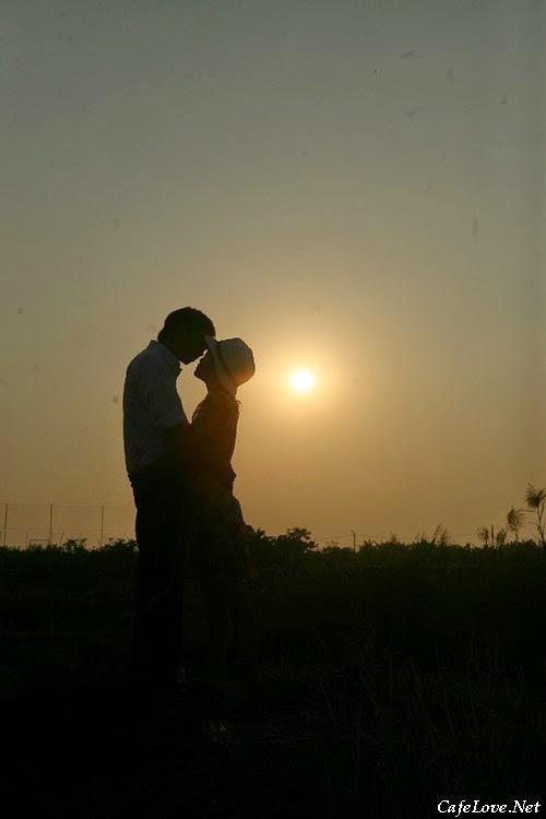 Hôn nhau dưới trăng