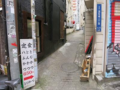 百軒店商店街からとりかつ直接アクセスできる細い道に入る角