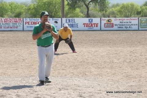 Homero Calvo lanzando por Agua y Drenaje en el softbol del Club Sertoma