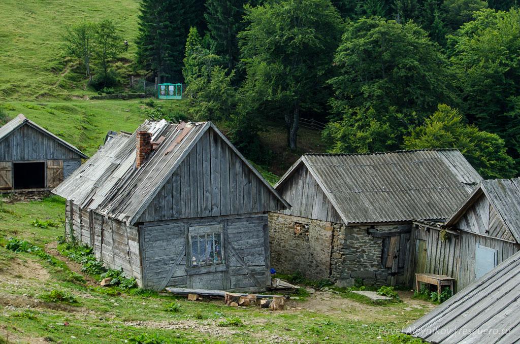 Домики пастухов на полонине Менчул