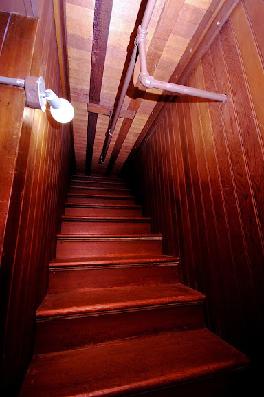 Escadas que terminavam no teto eram comuns na mansão